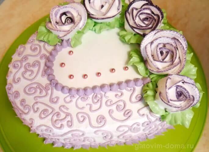 Карамельные бусинки золотистого цвета и кремовые цветочки на торте