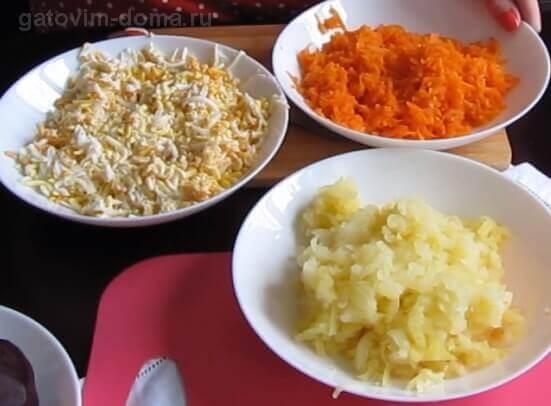 Натертые отварные картофель с морковкой и куриным яйцом