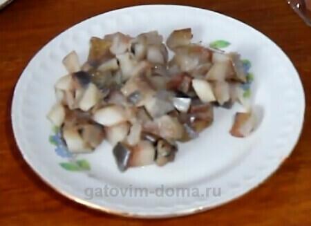 Небольшие нарезанные кубики рыбы для приготовления салата