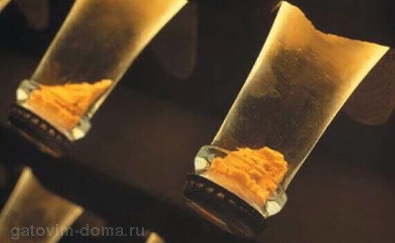 Кусок льда с ненужным осадком при длительном производстве шампанского