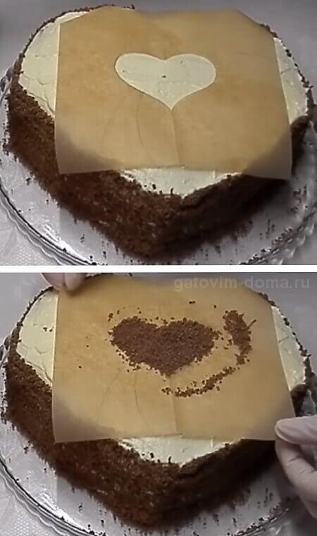 Формируем маленькое сердечко на торте из черной шоколадной крошки
