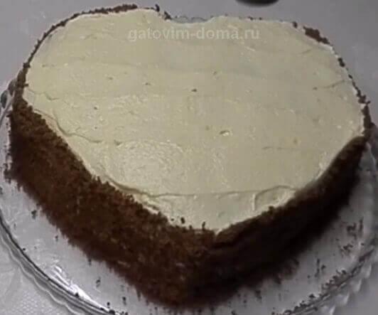 Обсыпаем бока торта натертой шоколадной крошкой