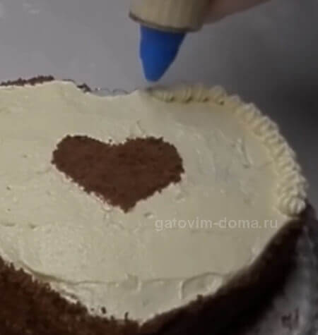 Украшаем по бокам торта остатками крема в виде звездочки