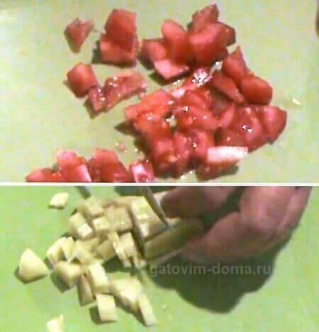 Нарезка небольшими кубиками зеленого огурца и красного помидора в салат