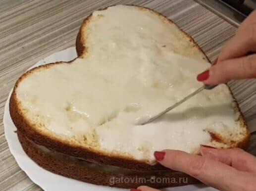 Прослойка коржа для сборки торта и небольшие надрезы ножиком