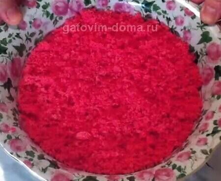 Розовая натертая крошка из мякоти бисквита для приготовления праздничного торта