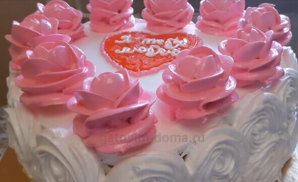 Красивые розы на всей границе торта в форме сердца