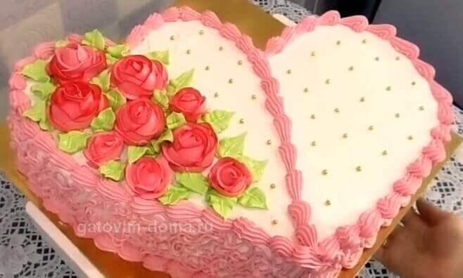 Украшаем торт маленькими золотистыми сахарными шариками
