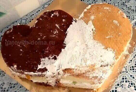 Формируем сердце из двух разных тортов