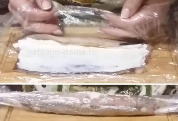 Скручиваем селедку в виде рулета для приготовления салата ко дню влюбленных