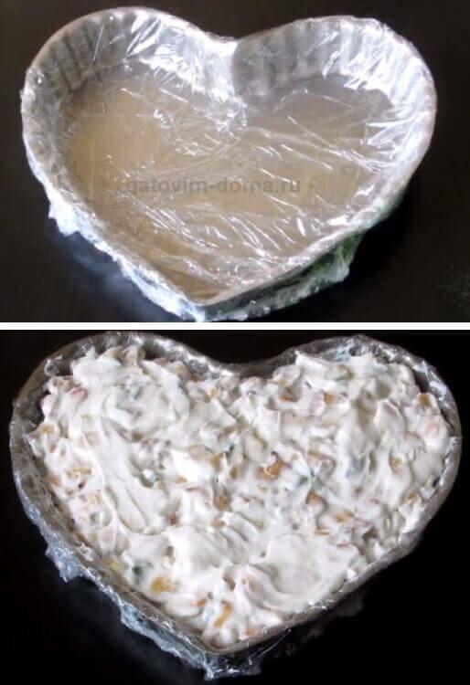 Выкладываем простой торт в специальную форму в виде сердца