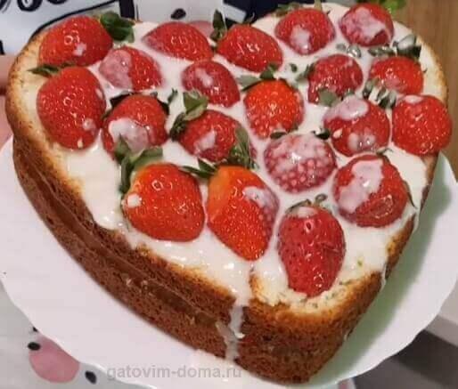 Торт в виде сердца с клубникой для любимого мужчину ко дню влюбленных
