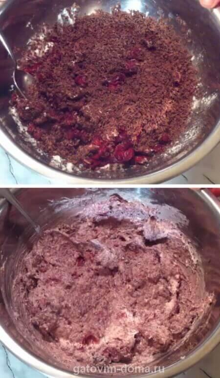 Творожная масса с натертым черным шоколадом и порезанной вишней