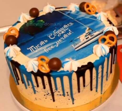 Украшаем торт печеньем, бизе и черным шоколадом