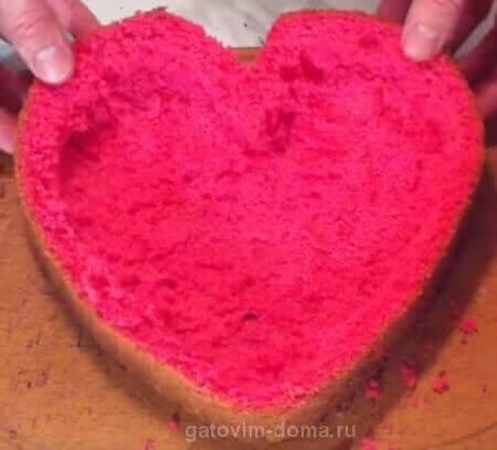 Вырезаем мякоть внутри формы коржа в виде сердца