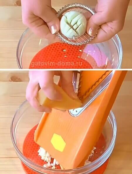 Измельчаем вареный яйца, сыр и яблоки на терке для приготовления салата