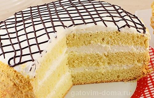 Круглый бисквитный торт в виде слоев с белым кремом