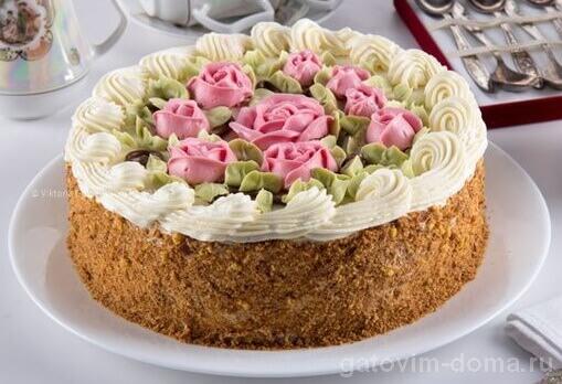 Красивый торт с кремовыми цветами и ракушками