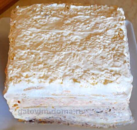 Промазываем верхний слой салата майонезом и выравниваем блюдо