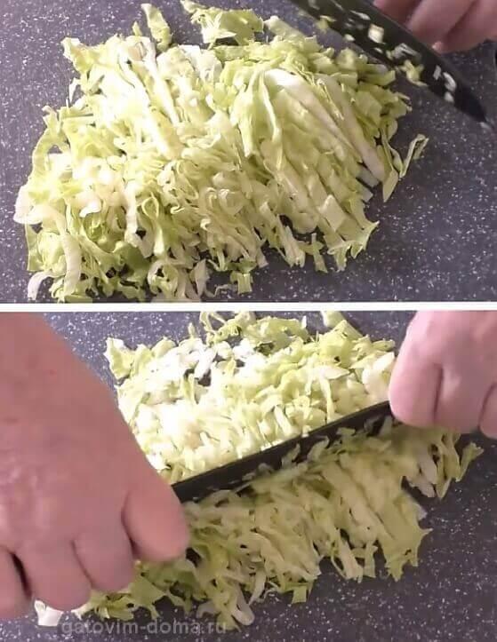 Вдоль и поперек нарезаем зеленый салат небольшими кубиками