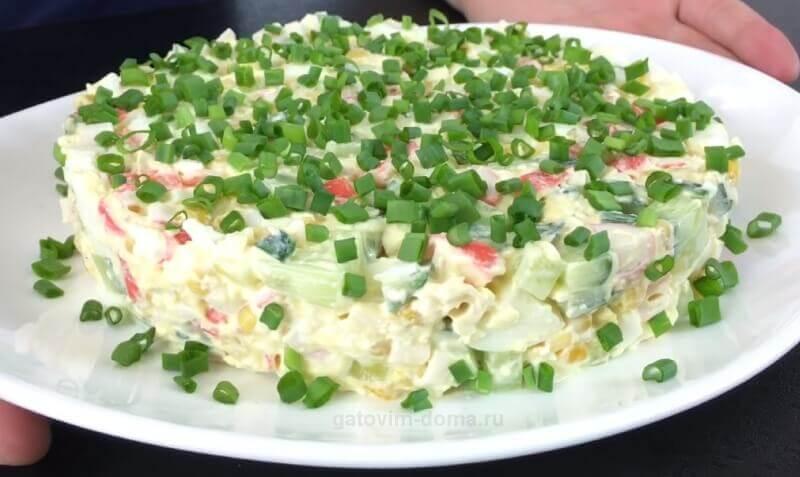 Готовим нежный и вкусный салат с крабовыми палочками к празднику 8 Марта
