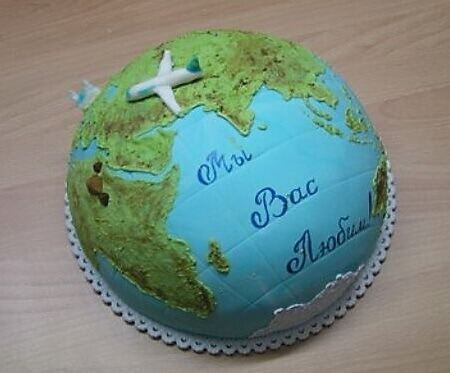 Торт оформлен в виде планеты Земля
