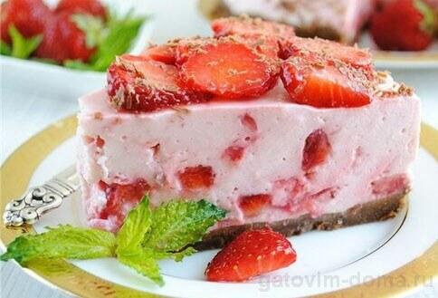 Кусочек творожного торта с клубникой
