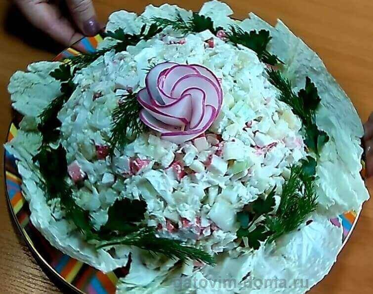Украшаем салат зеленью и красивой розочкой из редиски по центру