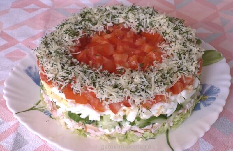 Рецепт простого и очень вкусного салата на 8 Марта с копченой курицей и помидорами