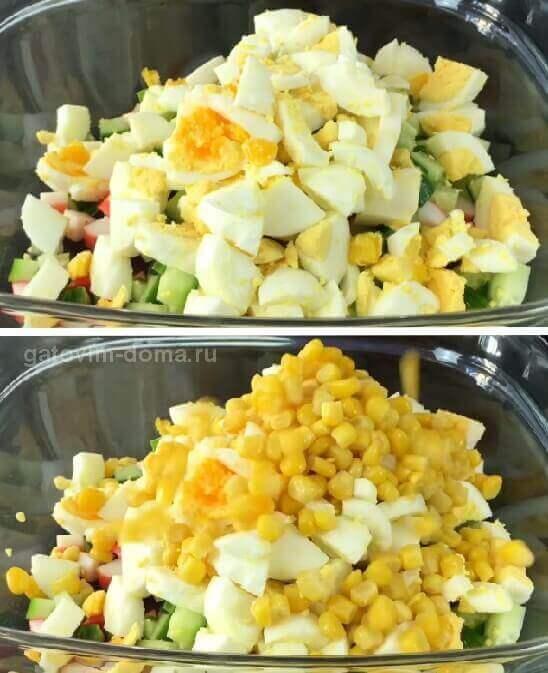 Разрезанные куриные яйца и консервированная кукуруза в салате