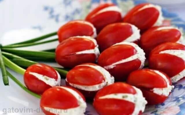 Украшение салата на 8 Марта в виде букета красных тюльпанов