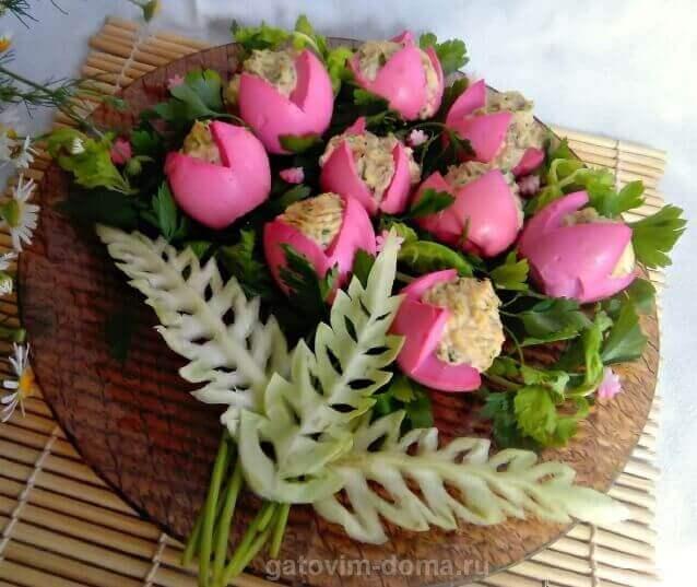 Салат в виде шикарного букета красных роз из яиц ко дню 8 Марта