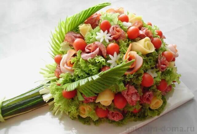 Как красиво украсить салат Вкусный букет женщине на 8 Марта