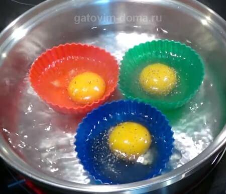 Силиконовые формочки с яйцами в кастрюле с кипящей водой
