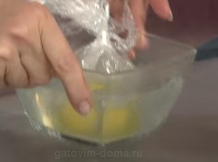 Небольшой пакетик с яйцом в стеклянной емкости с горячей водой