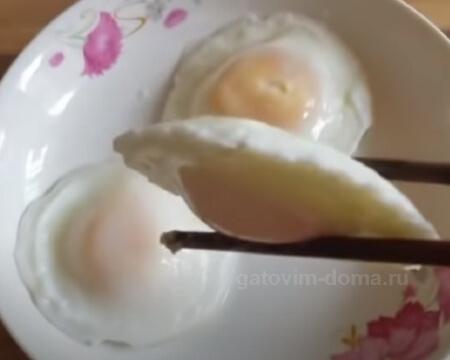 Более плоская форма отварных яиц в половнике методом пашот