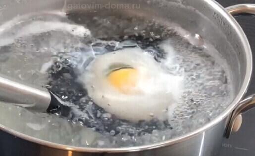 Сворачивание яйца в кипящей воде