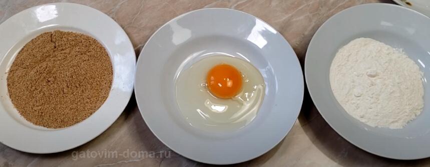 Миски с панировочными сухарями, куриным яйцом и мукой