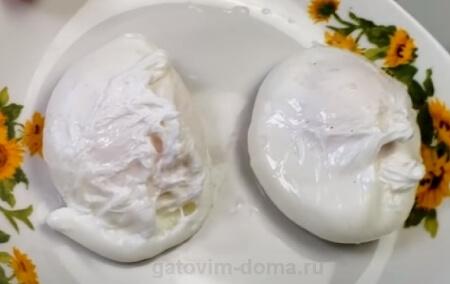 Сваренные яйца Пашот на тарелке