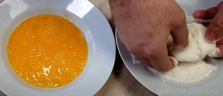 Хорошо окунаем яйцо Пашот в белую муку