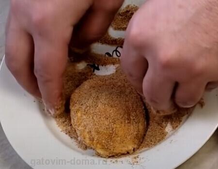 Обволакиваем яйцо Пашот в панировочных сухарях