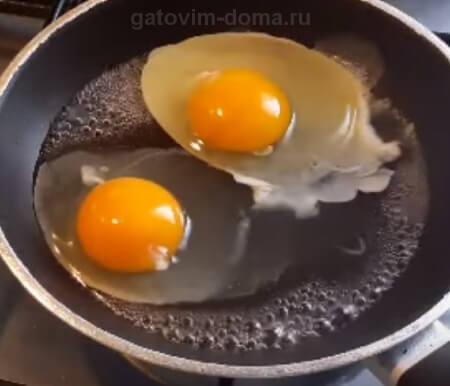 Жарим на сковородке яйцо в воде