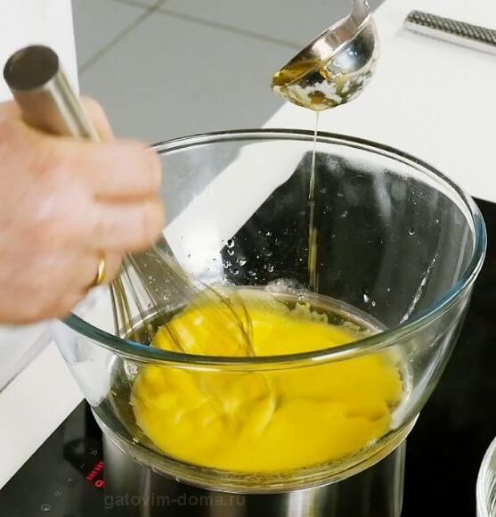 Добавление растопленного сливочного масла в сабайон