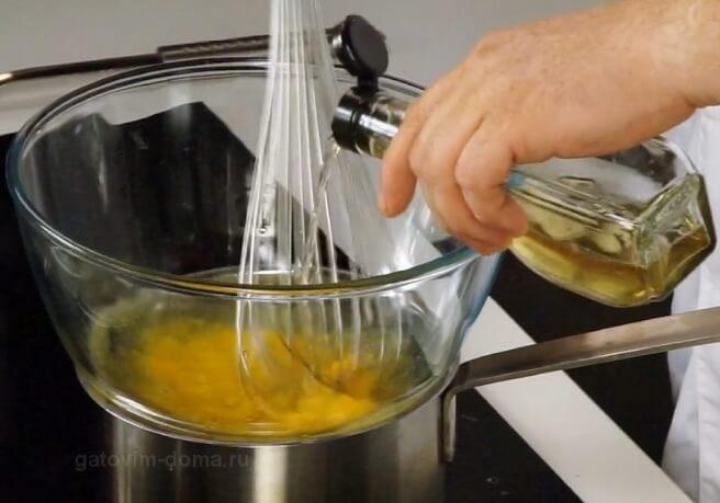 Приготавливаем сабайон на водяной бане