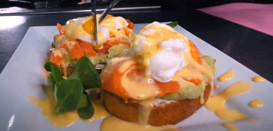 Как приготовить яйца Бенедикт с лососем и авокадо под голландским соусом