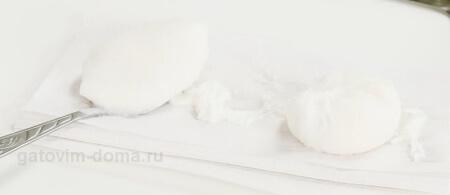 Сваренные яйца пашот на белой салфетке