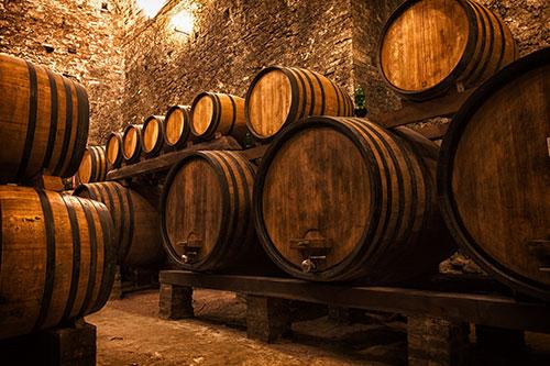 Алкогольная ферментация вина в дубовых бочках