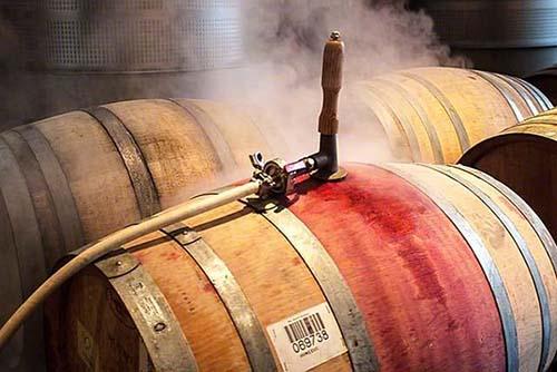 Брожение французского виноградного сока в дубовой бочке