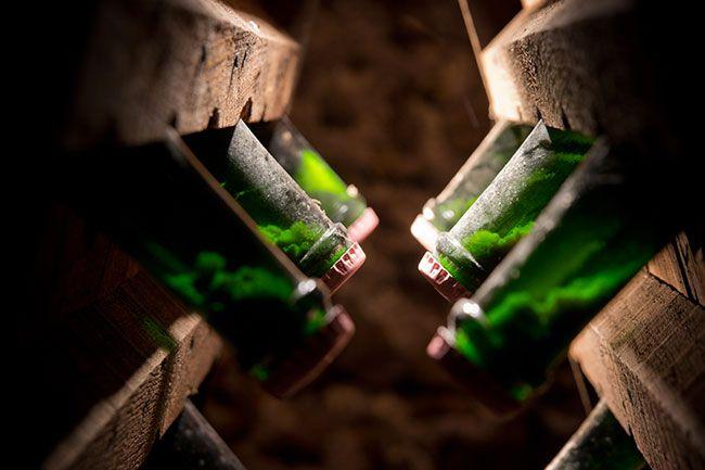 Скопление дрожжевого осадка на крышке бутылки игристого вина