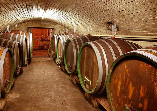 Процесс резервирования вина в дубовых бочках во Франции